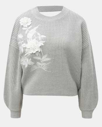 Světle šedý krátký svetr s květinovou aplikací a průstřihem na zádech Miss Selfridge
